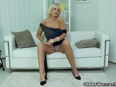 Euro gilf Roxana fingers her neatly shaven pussy